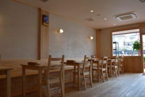 テーブルも床も、壁も天然素材。